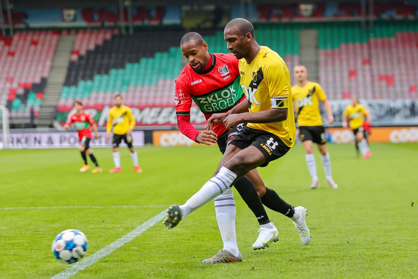 Rangelo Janga van NEC in duel met NAC-verdediger Dion Malone.