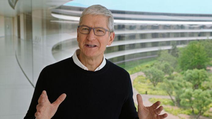 CEO Tim Cook, met op de achtergrond de hoofdkantoren van Apple in Cupertino, Californië.