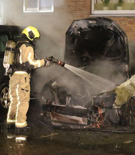 Geparkeerde auto uitgebrand aan de Paterswoldestraat in Den Haag