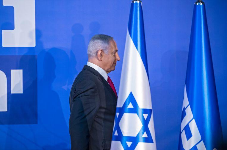 De Israëlische premier Netanyahu vertrekt na het geven van een persstatement over de aantijgingen van corruptie aan zijn adres.  Beeld EPA