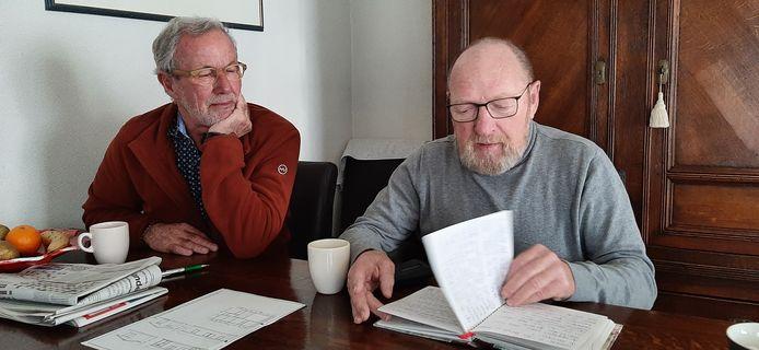 Jack Krielen (rechts) uit Zevenbergen bladert thuis door het gastenboek van vakantiehuisje De Zeemeermin in Burgh Haamstede. Hij nam het huisje zo'n twintig jaar geleden over van de personeelsvereniging van de gemeente Zevenbergen waarvan Jan Ooijen (links) jarenlang voorzitter was. De Zeemeermin werd ooit gebouwd als noodwoning in de Prinses Beatrixstraat in Zevenbergen en werd in 1964 als vakantiehuisje voor ambtenaren geplaatst op camping Duinrand in Zeeland.