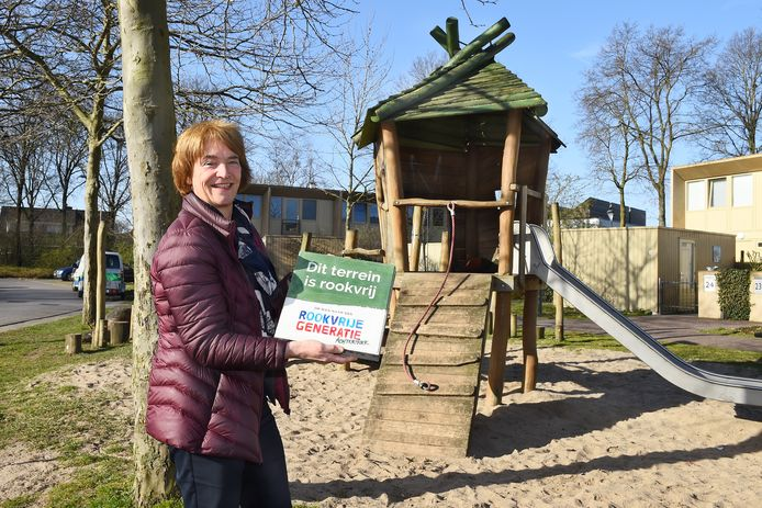 Wethouder Marieke Overduin plaatste het eerste bord bij speelterrein de Valkenhof in Ulft.