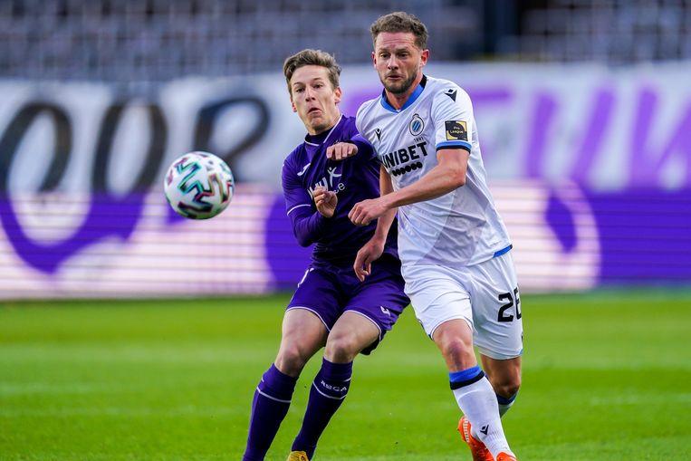 Yari Verschaeren in duel met Mats Rits van Brugge. Beeld Photo News