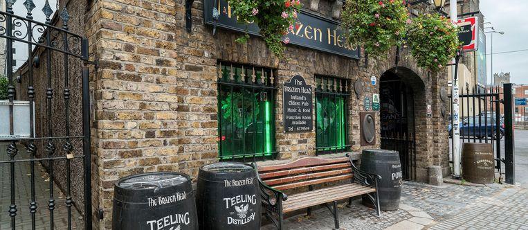 In The Brazen Head, oudste pub van het land, hangt al een schrale biergeur sinds 1198.  Beeld Alamy Stock Photo