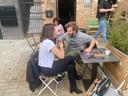 Elien van Aerschot en Pieter Verelst op het terras van café 'Den Druppel' in Aarschot.