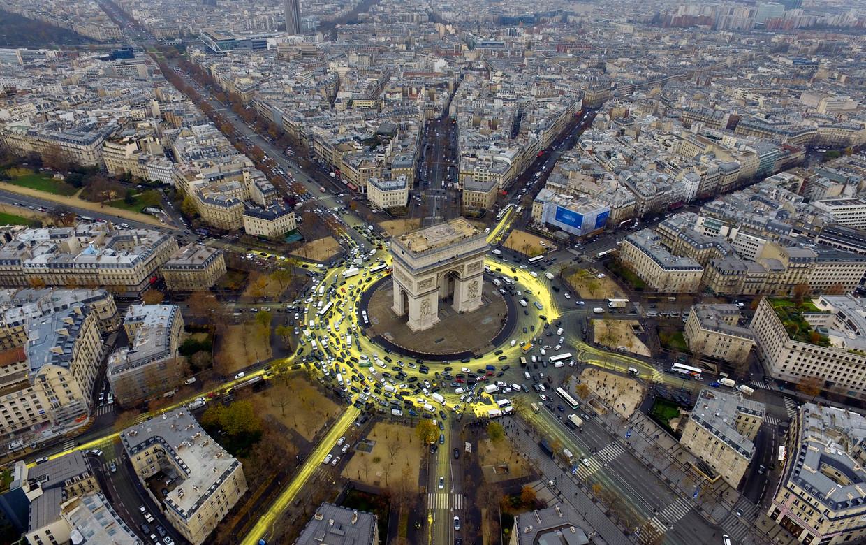 Tijdens de VN-conferentie over klimaatverandering in Parijs in 2015 verfden milieu-activisten het plein rond de Arc de Triomphe geel.