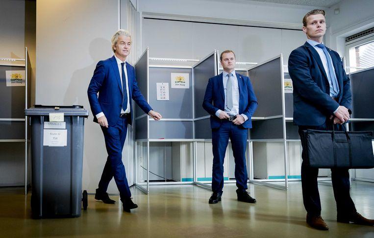 Geert Wilders bracht deze morgen z'n stem uit in basisschool 'De Walvis' in Den Haag. Hij werd door meerdere veiligheidsagenten geflankeerd.