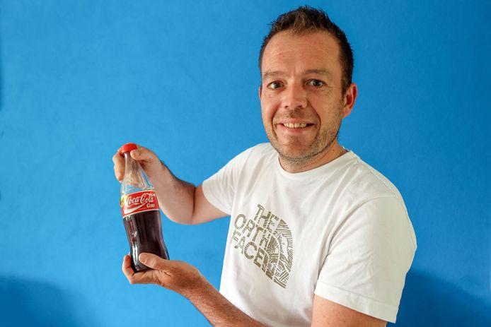 Maurice Meijer heeft een oud colaflesje gevonden, met inhoud. Het glazen flesje, de plastic wikkel én het dopje, zijn nog helemaal intact, ondanks dat het minstens een kwarteeuw in de grond heeft gezeten.