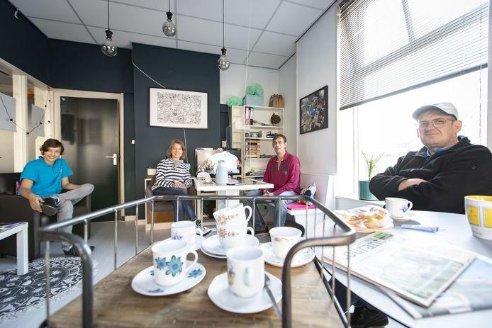 Burgerlokaal, met 'Jimmy' Ravi Rappard, initiatiefneemster Paula Kakkenberg-Beerten, vrijwilliger Eddie van Zanten en Felix Ketterink.