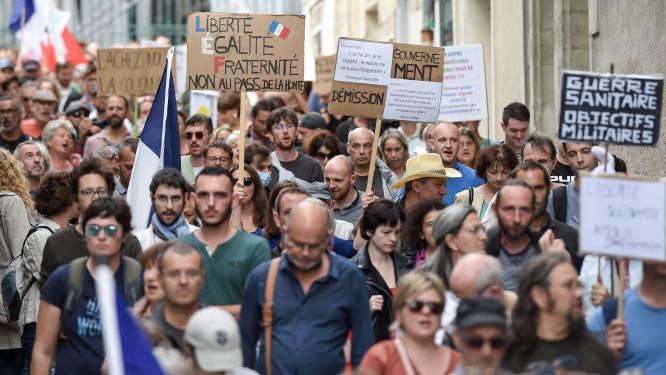 """La mobilisation des """"réfractaires"""" à la vaccination et au pass sanitaire en chute libre en France"""