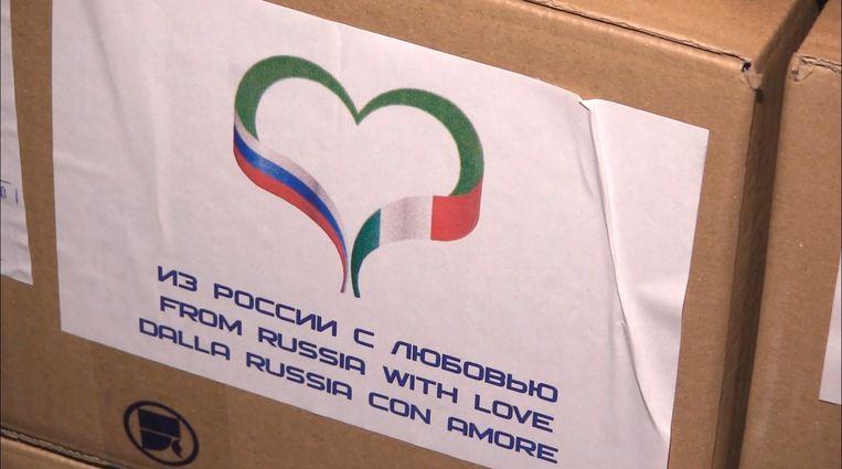 Stickets met 'From Russia with love' op Russische hulpgoederen bestemd voor Italië.  Beeld EPA