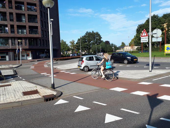 In het wegdek bij de fiets- en voetgangersoversteekplaats op de rotonde Valpoort – Rode Poort ter hoogte va de Nieuwe Nobelaer worden LED-lampen aangebracht. Dat zou de rotonde wat veiliger moeten maken.