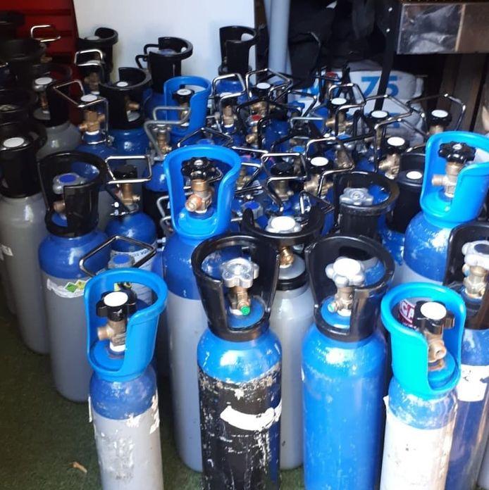 Containers met lachgas die vorig jaar in Breda in beslag zijn genomen door de politie