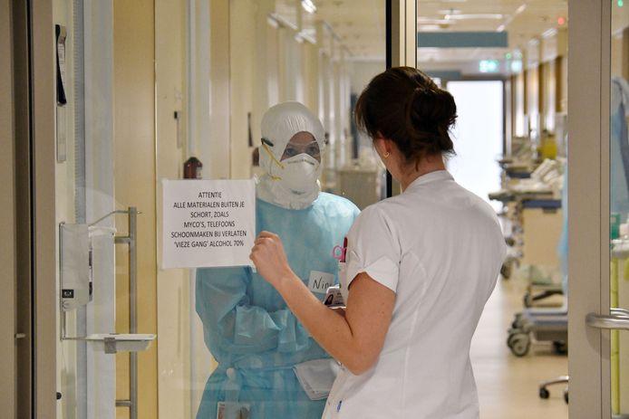 Ziekenhuis MST in Enschede staat in het teken van de strijd tegen het coronavirus. Verslaggever Frank Timmers keek een week mee op de corona-afdeling