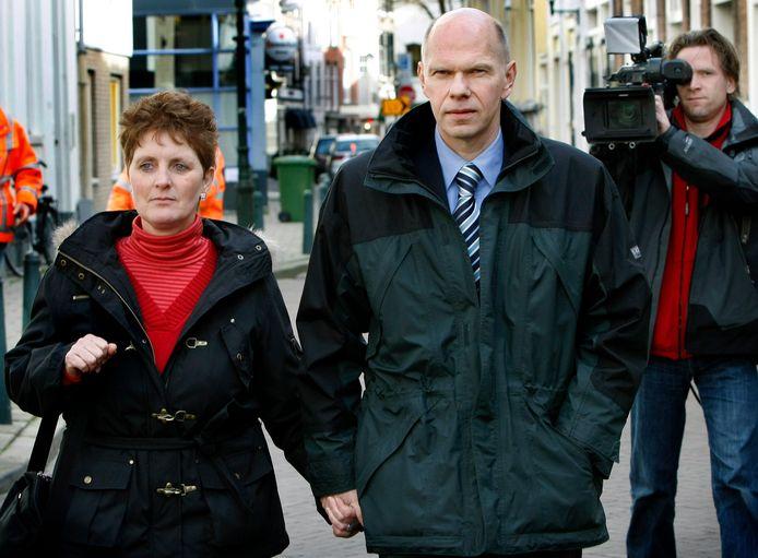Ernest Louwes (r), veroordeeld in de Deventer moordzaak, arriveert samen met zijn echtgenote bij het gebouw van de Hoge Raad in Den Haag.