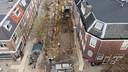 De lange strook in de Oudwijkerdwarsstraat waar de sporen van een middeleeuwse nederzetting zijn teruggevonden.