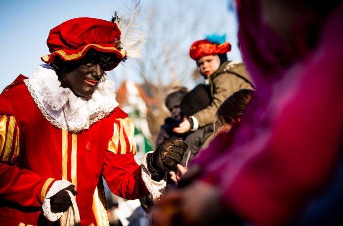Bij de landelijke intocht van Sinterklaas in Apeldoorn zullen volgende week alleen roetveegpieten te zien, geen volledig zwart geschminkte pieten.