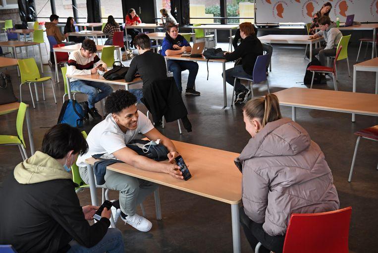 Examenleerlingen van het Titus Brandsma Lyceum in Oss. Beeld Marcel van den Bergh / de Volkskrant
