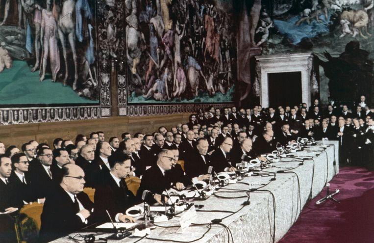 25 maart 1957: zes landen ondertekenen het verdrag van Rome. Vooraan uiterst links op de foto zit de Belgische minister van Buitenlandse Zaken, Paul-Henri Spaak. Beeld EPA