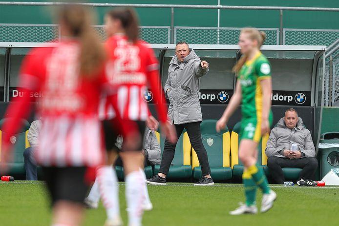 Sjaak Polak maakt zich druk langs de lijn tijdens de thuiswedstrijd van ADO Vrouwen tegen PSV.