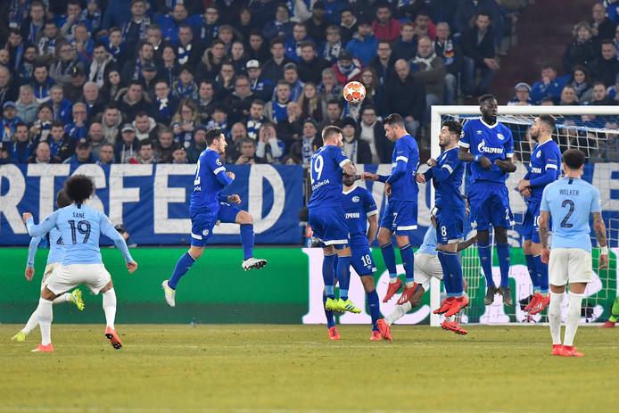 Leroy Sané schiet City met een weergaloze vrije trap op 2-2 tegen Schalke.
