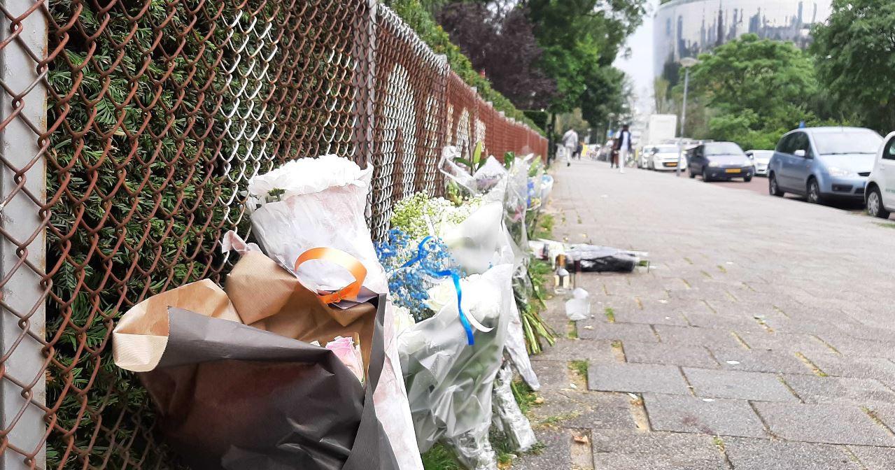 Op de plek van de steekpartij zijn bloemen neergelegd.