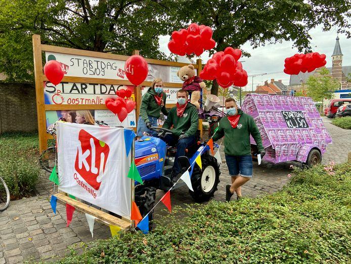 De leiding van KLJ Oostmalle vatte post op het dorpsplein. Vlnr: Lotte Meyvis (19), Sander Verlinden (20) en Levi Van Deun (19).