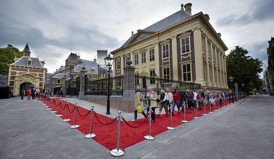 Bezoekers eind juni in de rij om een kijkje te nemen bij het vernieuwde Mauritshuis.