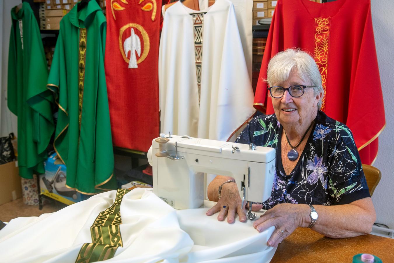 In gebouw De Hoeksteen in Elst is Marian Peters lid van de missiehandwerkclub.