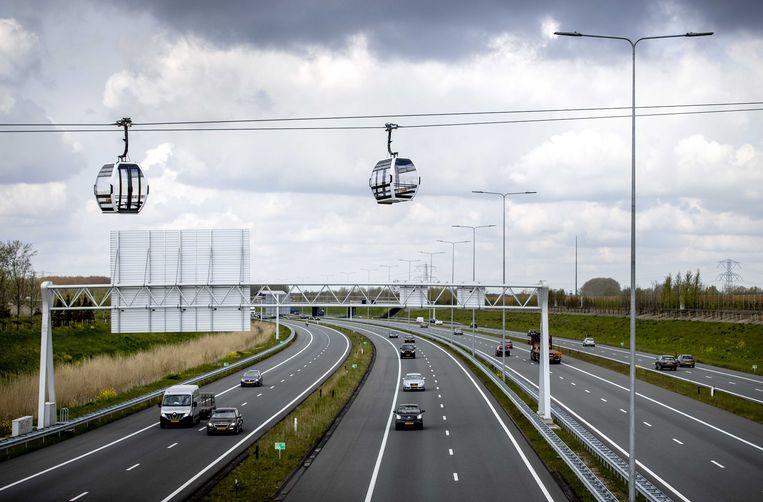 Gondels van de kabelbaan voor de Floriade van 2022. De 850 meter lange kabelbaan gaat bezoekers van de tentoonstelling over de A6 vervoeren naar het Floriadeterrein. Beeld ANP