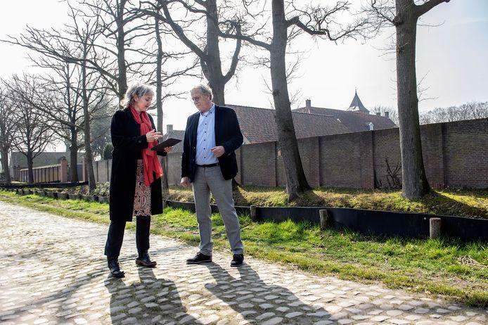 Yves de Boer en Rebecca Nelemans verkennen de route die bezoekers van de Biënnale Kunst in de Heilige Driehoek straks lopen. Op de achtergrond het klooster Sint-Catharinadal.