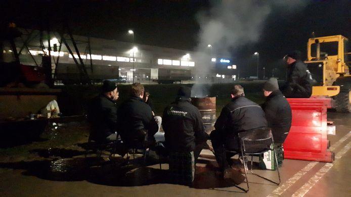 Boze boeren maken het zich comfortabel bij het distributiecentrum van Albert Heijn in Oosterhout.