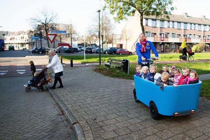 Kinderen van kindercentrum de Beun in Houten in de Stint met aan het stuur Edwin Renzen.