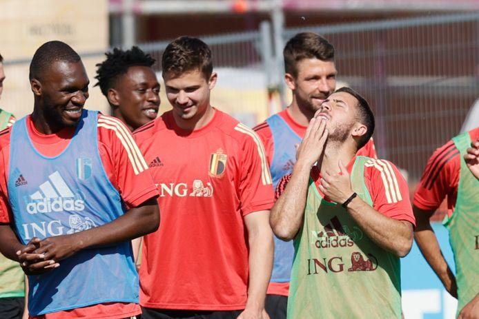 Dendoncker op training tussen Benteke en Hazard.