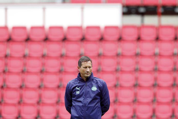 Trainer Roger Schmidt tijdens de laatste training van PSV voor het duel met FC Midtjylland.