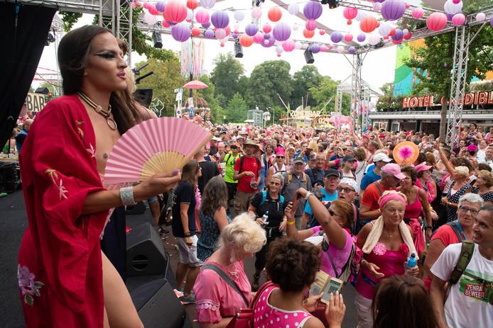 Drukte bij de stripper aan het begin van de Hertogstraat tijdens de Roze Woensdag van 2018.