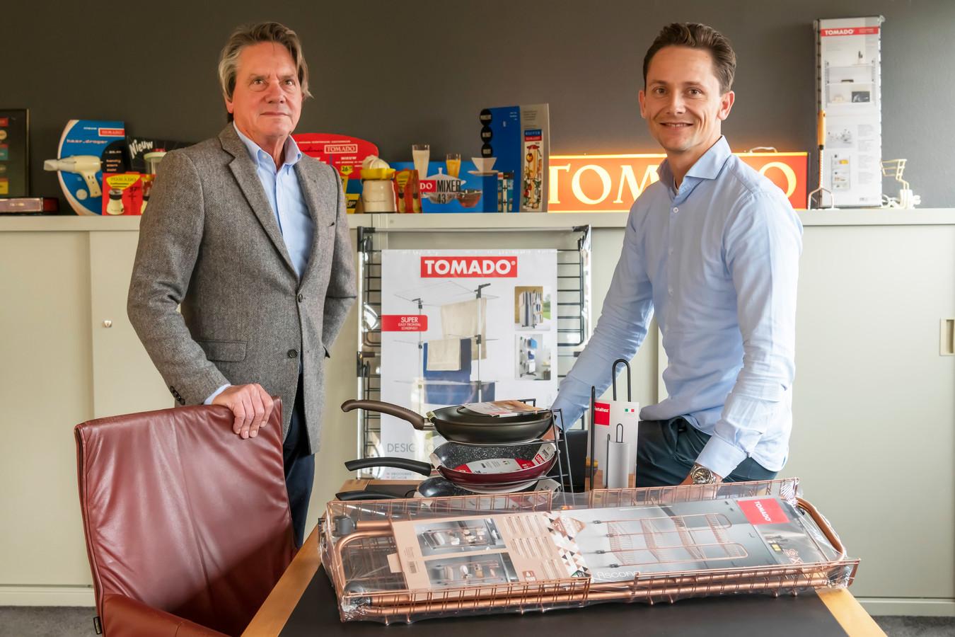 Pieter met zijn zoon Vasso van Sprang met een selectie van huishoudelijke artikelen waarmee Tomado nog altijd groot is.