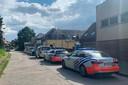 De wegens werken aan de spoorwegbrug doodlopende Kapelhofstraat in Erondegem was in een mum van tijd gevuld met politiewagens.