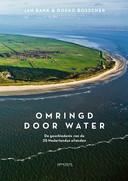 cover Omringd door water