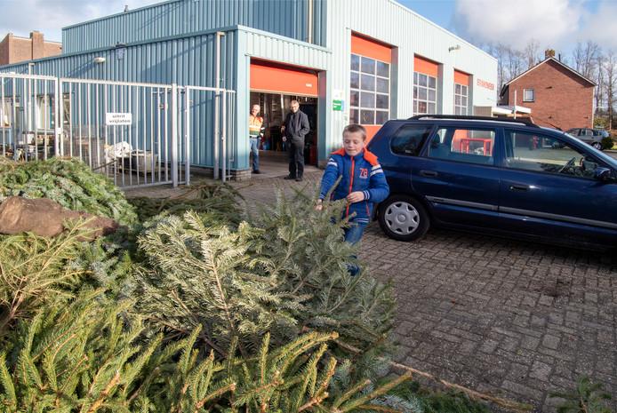 Ook de negenjarige Colin Kleinlugtenbeld levert zijn boom in bij de brandweerkazerne annex gemeentewerf in Lemelerveld.