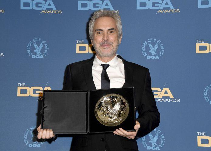 Regisseur Alfonso Cuaron poseert trots met de filmprijs