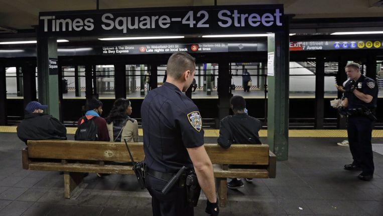 De politie patrouilleert in de Newyorkse metro. Beeld epa