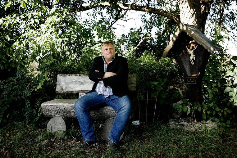 Josef Mayerhofer (47 zit op een bankje bij zijn huis in het Beierse Niedergottsau. Op z'n veertiende werd hij lid van de CSU. Begin dit jaar leverde hij zijn lidmaatschapskaart in en stapte over naar de Groenen.  Beeld Daniel Rosenthal