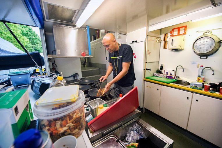 In de mobiele keuken verzorgen Jean-Paul Boyer en Thijs Pellis ontbijt, lunch en avondeten. Beeld Klaas Jan van der Weij / de Volkskrant