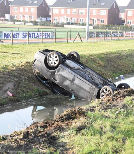 Automobiliste belandt ondersteboven in sloot in Almkerk