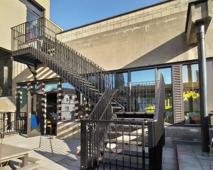 Basisschool Het Trappenhuis kreeg er maar liefst 7 trappen bij, allemaal langs de buitenzijde van het gebouw