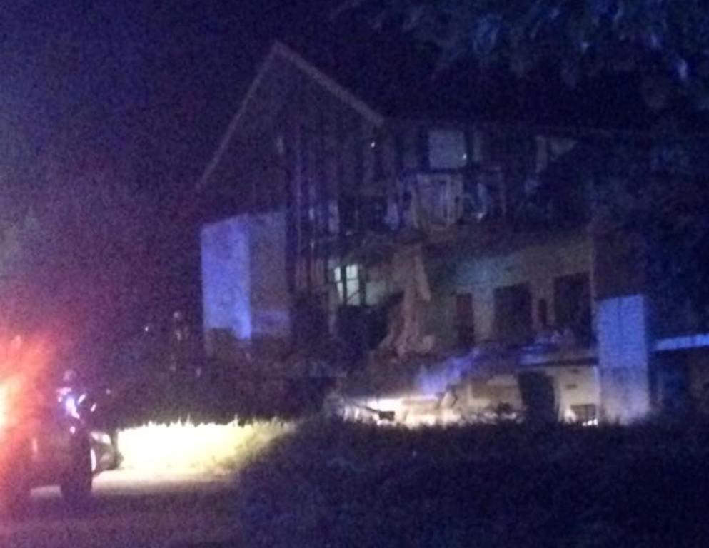 Foto's die op sociale media de ronde doen van de ravage na een explosie die rond middernacht plaatsvond in een sporthal in Chimay.