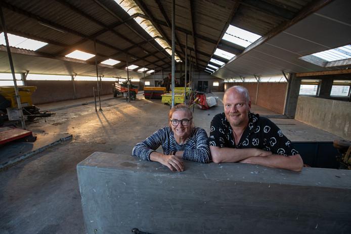 Jaap Boersma en Gea Overweg willen de voormalige koeienstal verbouwen tot acht appartementen en gezamenlijke ruimtes.