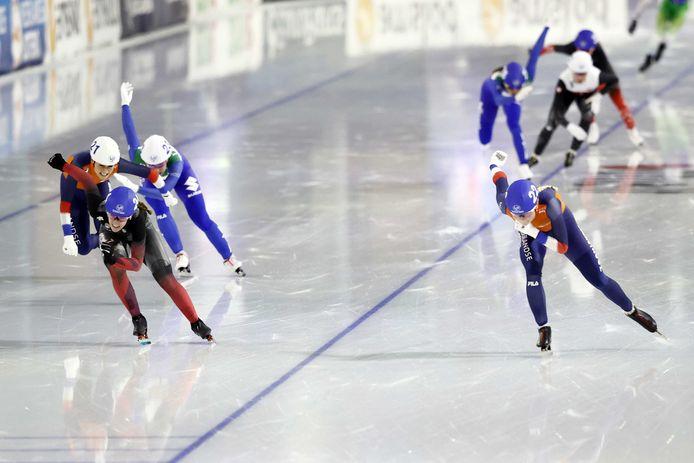 Marijke Groenewoud (rechts) wint de sprint. Links Irene Schouten.