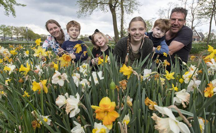 De familie Geerts in hun pluktuin in Bornerbroek, vlnr Kristin, Bas, Lis, Isa, Mees en Mark. Het plukken van bloemen is gratis, wel wordt een donatie gevraagd voor de stichting aMEESing.
